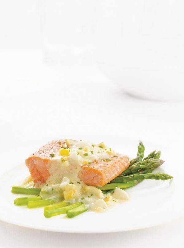 Recette de sauté de saumon sauce aux oeufs de Ricardo. Recette de poisson en sauce blanche avec crème 35%, bouillon de poulet, saumon, beurre, jus de citron, ciboulette fraîche...