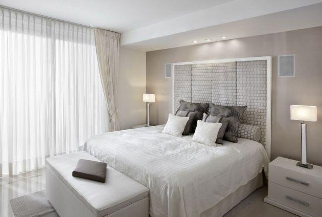 une chambre à coucher blanche et élégante aux accents gris