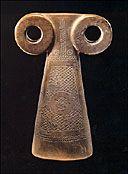 """Statuette dite """"Idole à lunettes"""",  H. 29,5 cm fin du IVe millénaire  av. J.-C., calcaire cryptocristallin,  art sumérien, région du Haut  Tigre, nord de la Mésopotamie,  Musée Barbier-Mueller, photo  Ferrazzini-Bouchet."""