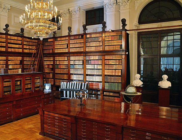 """Sala delle mappe e carte geografiche della """"Biblioteki Wilanowskiej"""" situata nel """"Pałacu Krasińskich"""" di Varsavia, in Polonia. Fa parte della Biblioteca Nazionale di Polania."""