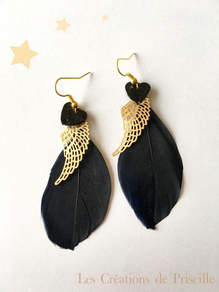 Boucles d'oreilles plumes noires, breloques dorées et cœurs en nacre