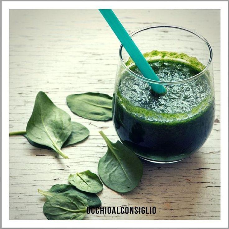 Gli spinaci sono ricchi di luteina, un antiossidante che aiuta a combattere la miopia.  Sbizzarrisciti nel preparare menu' ricchi di spinaci come insalate, panini, frullati e succhi di verdura.    #occhioalconsiglio #eyes #wealth #wellness #eyewear #picoftheday #photoftheday #spinach #spinaci #instalike #followme #folloforfollow