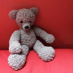 Tricoter un doudou: un petit air vintage pour ce Nounours en fil Phil Douce de chez Phildar. Yeux et nez brodés en coton DMC noir.