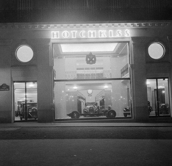 André Vigneau.  Vitrine du magasin Hotchkiss, avenue des Champs-Elysées. Paris 1936