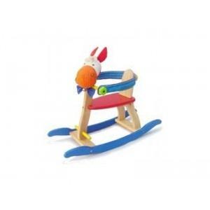 I'm Toy Houten Hobbelpaard.  Dit Houten hobbelpaard is rondom voorzien  een veilige, met stof beklede, steun voor de allerkleinste. Het is mogelijk om een stoelverkleiner in de schommel te plaatsen.  Is uw kindje al wat groter dan is de zijbeugel eenvoudig los te halen (dmv de groene draaiknoppen) zodat hij/zij er makkelijk zelf op kan klimmen. Met stevige handgreep.