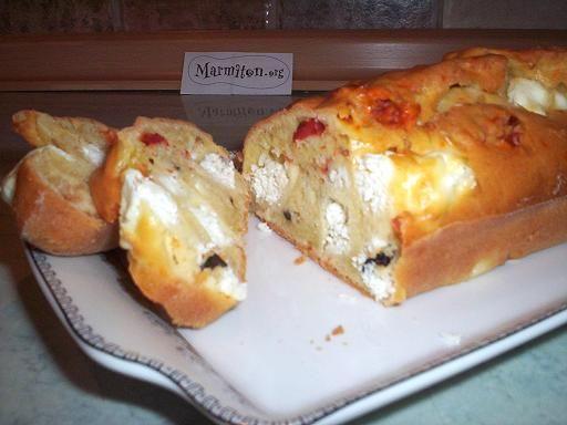 Cake aux tomates séchées, feta et olives vertes - Recette de cuisine Marmiton : une recette