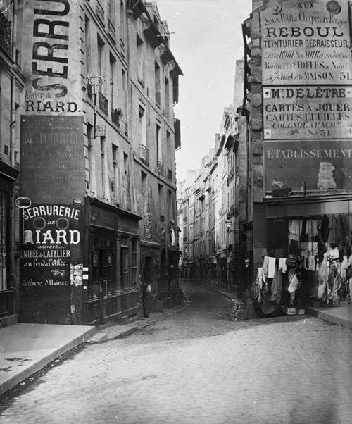 by Charles Marville - La rue de Bièvre suit le tracé exact de la rivière qui porte le même nom. Elle passait dans le quartier des Gobelins, formant des étangs et des mares où venaient s'abreuver les troupeaux. L'hiver, les Parisiens glissaient sur ses eaux gelées ou exploitaient sa glace, qui donna son nom au quartier de la Glacière. La Bièvre fut comblée en 1910.L'abbaye de Saint-Victor creusa un canal de dérivation vers 1148, amenant ses flots jusqu'ici