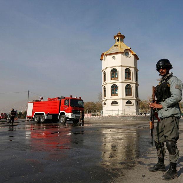 Un poliziotto afgano pattuglia l'area di Kabul dove è avvenuto un attacco suicida vicino alla sede del ministero della difesa. Nell'attentato, ancora non rivendicato, sono morte almeno quattro persone