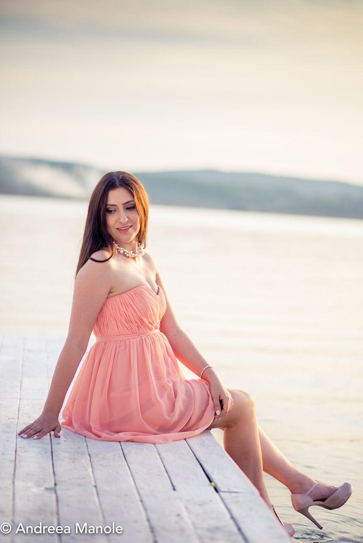 Andreea Manole, fashion blogger, in rochia pastel semnata Donna Morgan