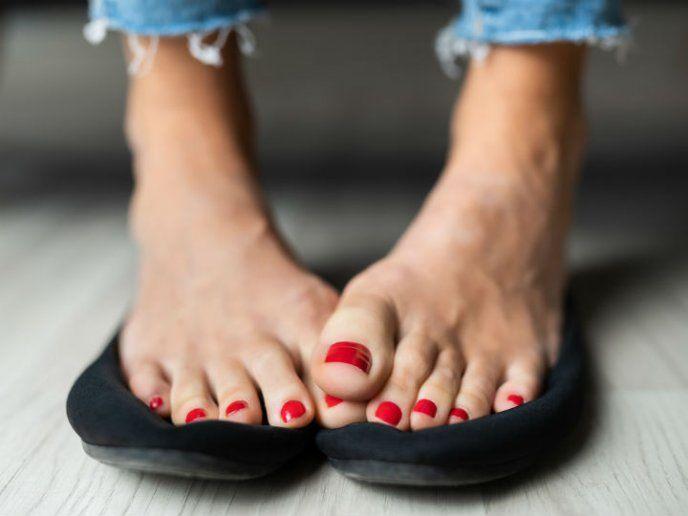 Combate Los Callos De Los Pies Con Este Truco Remedios Para Juanetes Remedio Para Hongos Remedios Caseros