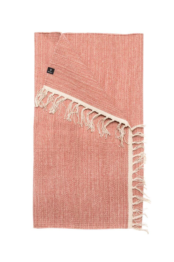 Säro er en tett og tynt vevd bomullsteppe, melert for et livfullt uttrykk. Särö er meget lettplassert og enkelt å vedlikeholde. 100% bomull. Maskinvask 40°.