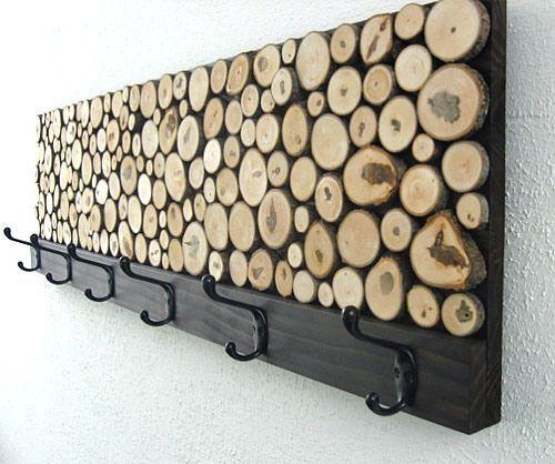 madera en rodajas perchero DIY .. amar este pedazo lindo .. Pude ver utilizando una puerta de armario antiguo como la base de este proyecto para fomentar la reutilización y el rasgo upcyle.
