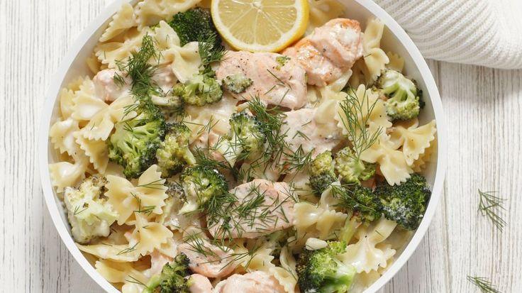 Ganz einfach und besonders lecker: Pasta mit Lachs-Brokkoli-Soße | http://eatsmarter.de/rezepte/pasta-mit-lachs-brokkoli-sosse