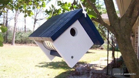 Habitants de la maison ou lappartement ~ Amusez-vous ornithologie par pendaison ce nichoir sur votre patio ou un balcon. Pas besoin dun grand jardin - il peut saccrocher nimporte où. Ressemble beaucoup à côté de la pendaison des plantes panier. Une amusante façon dajouter une touche de couleur à nimporte quel paysage ! Grande ou petite.  Permettent de trous pour laération et le drainage. Café peut peut être enlevée pour le nettoyage. Aucune perche ne décourage les prédateurs. Surplomb…