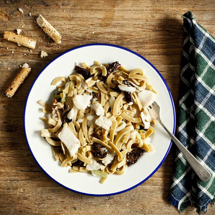 Cintas de curry con bacalao y ciruelas. Ver la receta en http://www.petramora.com/blog/recetas-menu-lat/pasta/cintas-de-curry-con-bacalao-y-ciruelas/