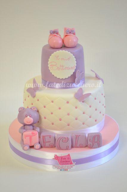 Torta trapuntata per il Battesimo: con scarpine, orsetto e cubetti con nome, interamente modellati a mano e personalizzati