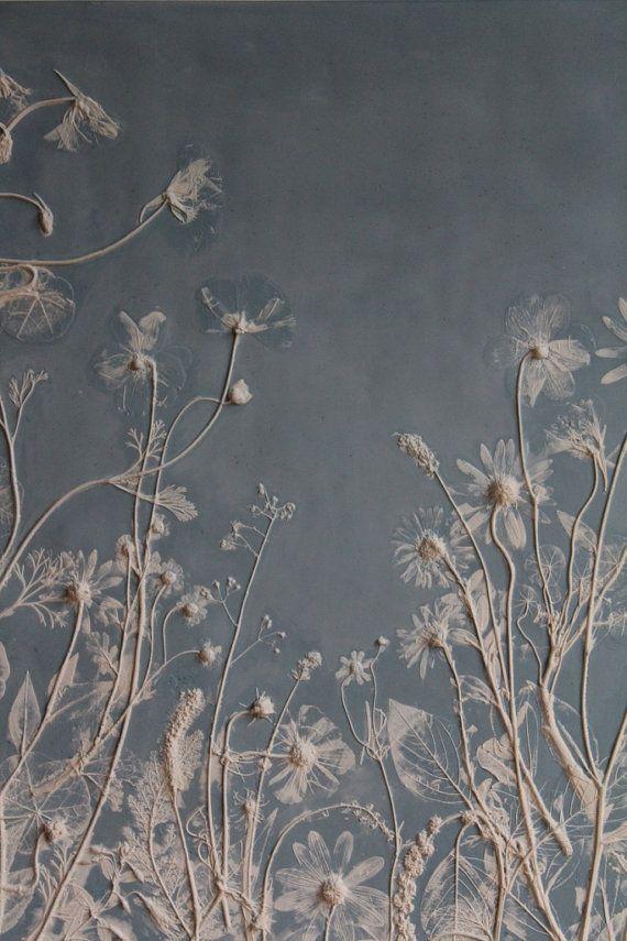 Diese Fliese ist Teil einer Reihe von Rachel Deins taktile Studio. Um die Fliese zu machen, Rachel gelegt, Blüten und Blättern auf einer Platte