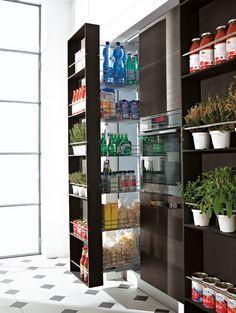 ce meuble coulissant à ouverture totale permet d'avoir facilement accès aux produits rangés sur ses 6 étagères. Fermé, il offre en plus 6 petites étagères sur la façade. Complet et esthétique. Modèle « Menu », Bontempi.
