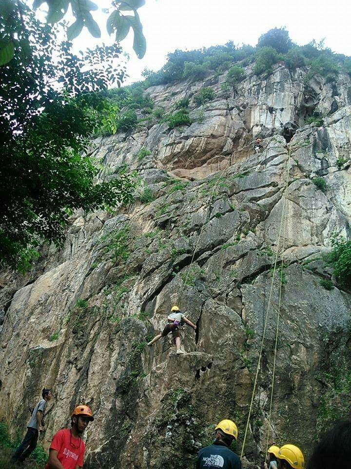 Kecewa itu ketika akhirnya menyerah & memutuskan utk kembali setelah mentok ditengah 'perjalanan' selama beberapa lama, sedangkan teman-teman yang lain sudah berhasil sampai di tujuan.  #rock #climb #bukitCitatah