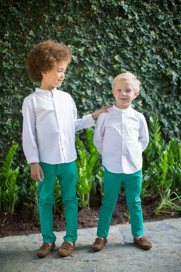 Look para niños cortejo EPK- Pantalón verde con camisa blanca con cuello corto.