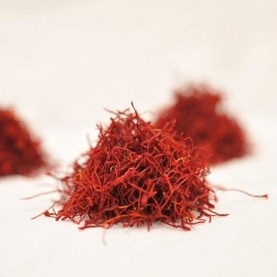 Saffron   has stimulant, stomachic, antispasmodic, emmenagogue, diaphoretic, laxative, diuretic, and aphrodisiac properties. It also has strong dying properties.    Saffron benefits in the treatment of depression and epilepsy as it acts as an anti-depressant. It influences the serotonin activity in the brain.  Moreover, it helps reduce cramps and fevers. This herb supports the cardiovascular, digestive, reproductive and nervous system.  Thus, it is useful in curing dyspepsia, bloating…