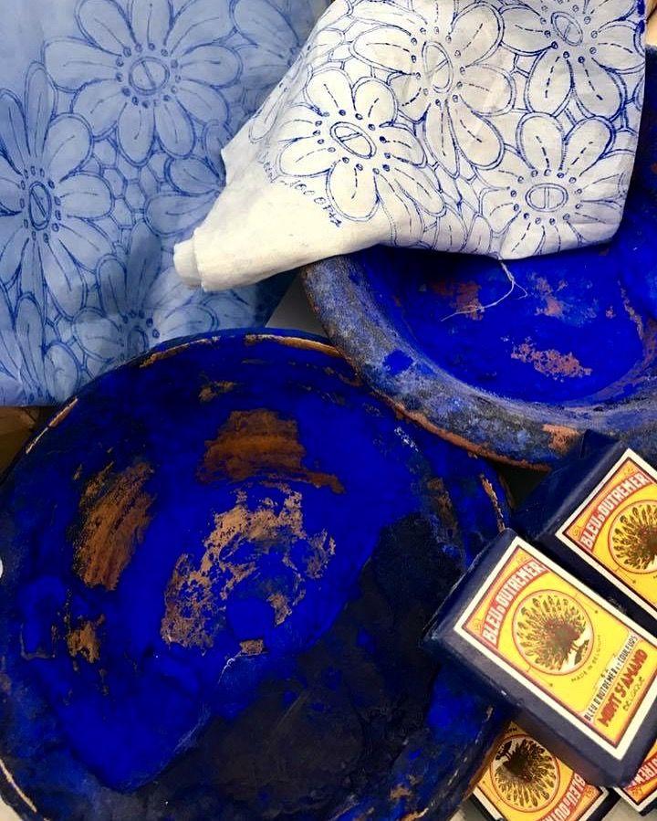 Estampagem do bordado Madeira (pasta de estamparia, chapa, pano já estampado e pacotes de anil antigos) #bordal #producaodobordadomadeira #roteirohistoricobordadomadeira #handmade