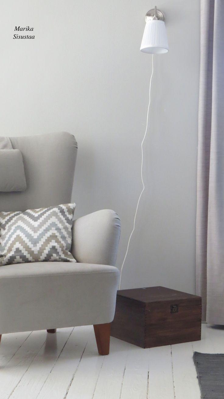 Vanhan talon olohuone, jossa murretut lämpimät sävyt. Puulattia, harmaa, valkoinen, ruskea, beige