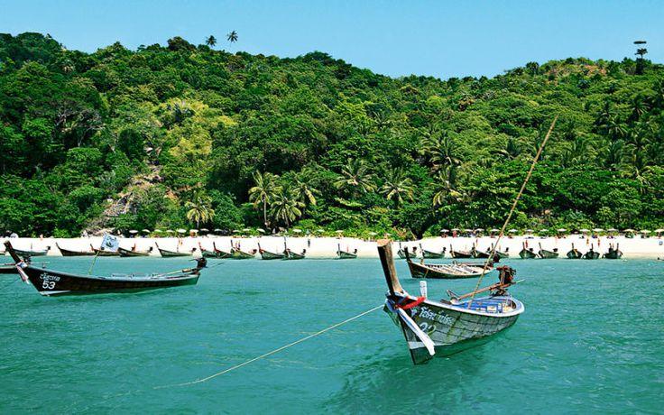 Du kan se mange smukke strande i Thailand med Apollo. Her er det fx Freedom Beach på  Phuket. Se mere på www.apollorejser.dk/rejser/asien/thailand/phuket