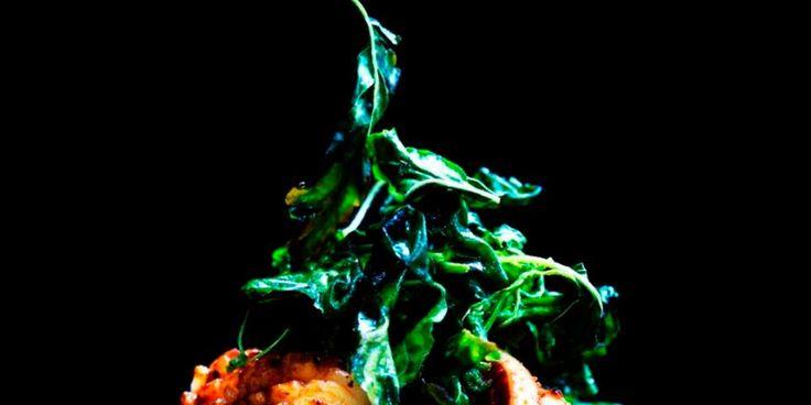 Wokstegte blæksprutter med chilipasta og dybstegt hellig basilikum