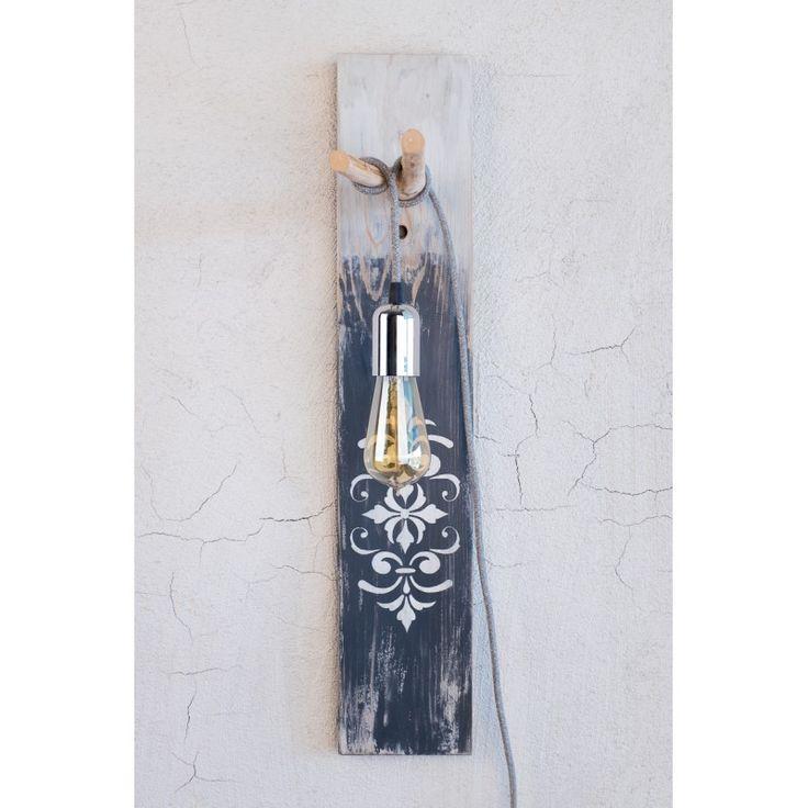 Ανακυκλωμένο ξύλο παλέτας με vintage look, επεξεργασμένο με χρώματα κιμωλίας και λουστραρισμένο με φυσικό κερί. Έχετε την δυνατότητα να επιλέξετε το δικό σας μοναδικό σχέδιο πάνω στο ξύλο - κατόπιν επικοινωνίας.Υλικό: Ξύλινη βάση πεύκο με στήριγμα καλωδίου από κλαδί ελιάς και υφασμάτινο καλώδιο γκρι