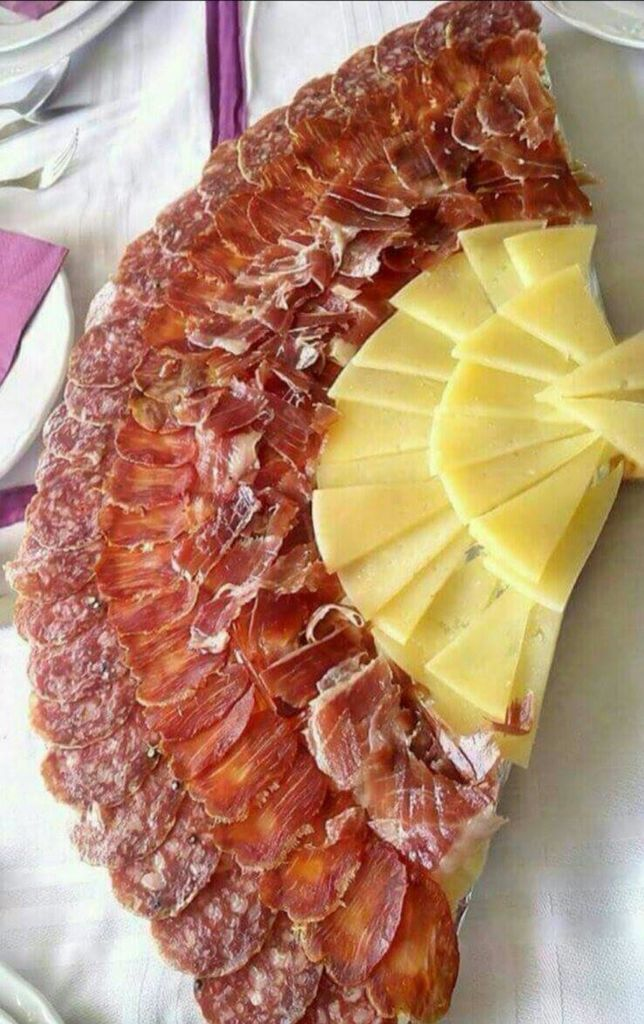 Plato de ibéricos y queso en la feria de Málaga