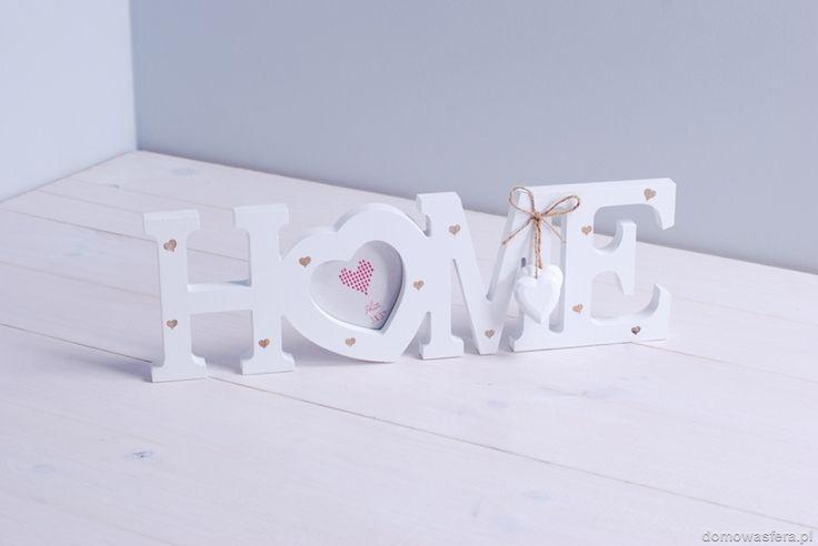 """Drewniana ramka w kształcie napisu """"HOME"""" z miejscem na zdjęcie: 7 cm x 7 cm. Będzie odpowiednią oprawą dla wyjątkowej fotografii. Stworzy w Twoim domu przytulną atmosferę."""