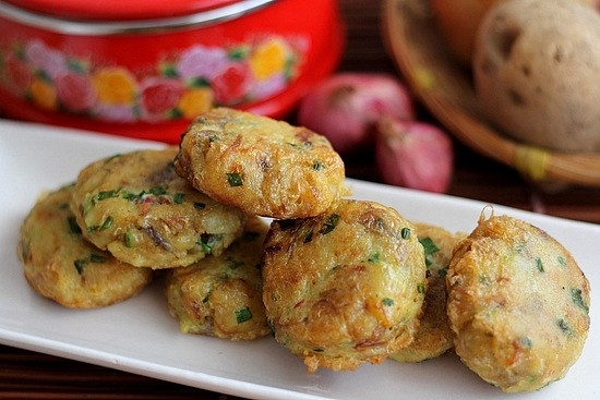 Perkedel Kentang is like a deep fried potato cake. It was first boiled for an hour an mixed with minced meat, sliced ​​scallions and celery leaves then mixed spices. It dipped in egg batter before it fried.