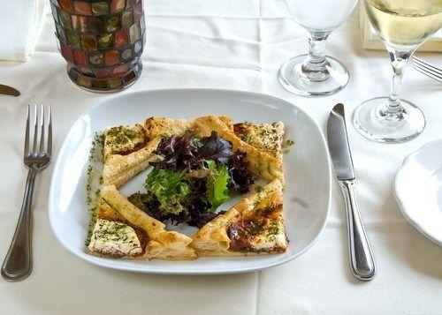 Орехи грецкие, Тесто для пиццы, Масло грецкого ореха, Руккола, Сыр козий, Перец черный свежемолотый, Уксус бальзамический