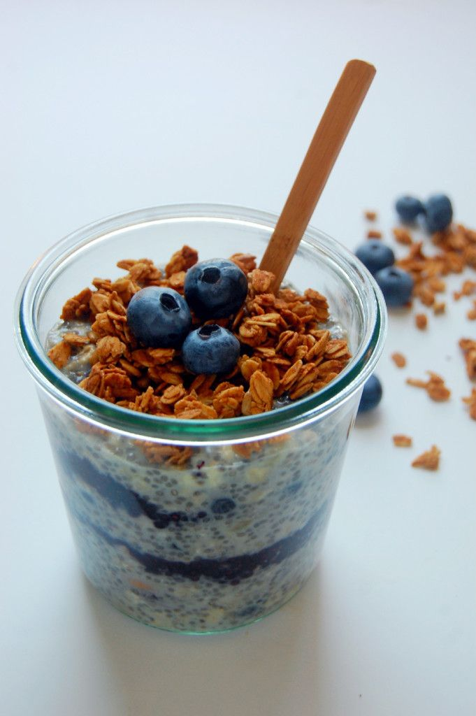 BLUEBERRY PIE OVERNIGHT OATS - a vegan and gluten free breakfast or snack option, packed with protein, blueberry flavor, and crunch! | uprootfromoregon.com