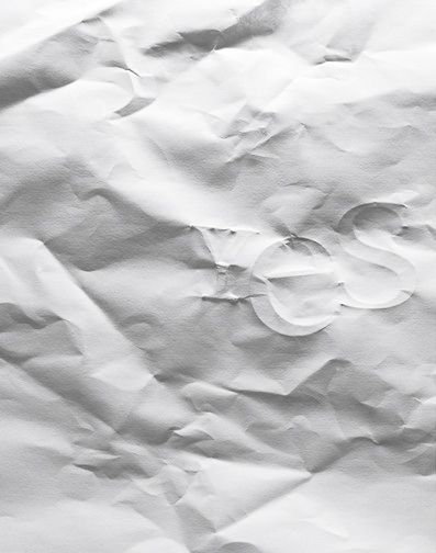 Uitgevouwen prop papier: de structuur is papier, de factuur zijn scheurtjes/kreukels, de textuur is gekreukeld.