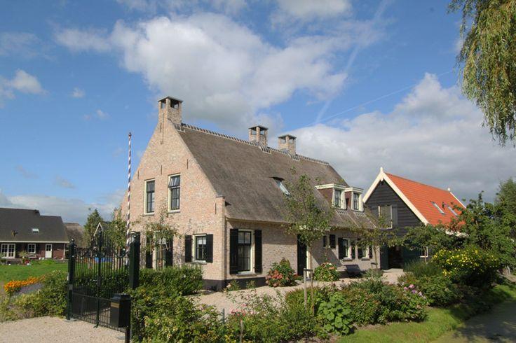 Straatbeeld van de landelijke woning met achtergelegen paardenschuur