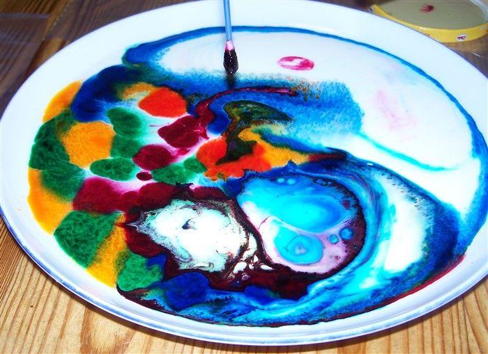 Milch und Farbe - ein tolles Experiment nicht nur für Kinder | Bastelfrau