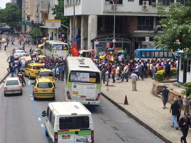 Funcionários do Comperj e estudantes protestam no Rio +http://brml.co/1BULqJO