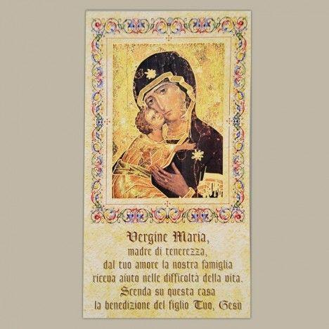 28,00 € - Benedizione Case: Vergine Maria. Cartoncino a forma rettangolare con foro per appendere, raffigurante l'immagine della Vergine Maria. Sul Davanti è riportata la scritta VERGINE MARIA, la luce del Tuo volto, infonda nel nostro cuore amore e tenerezza, BENEDICI QUESTA CASA. Sul retro è riportata la preghiera di Benedizione delle Famiglie nelle case. Misure: 22 x 12 cm  Il prezzo si riferisce ad una confezione da 100 cartoncini.