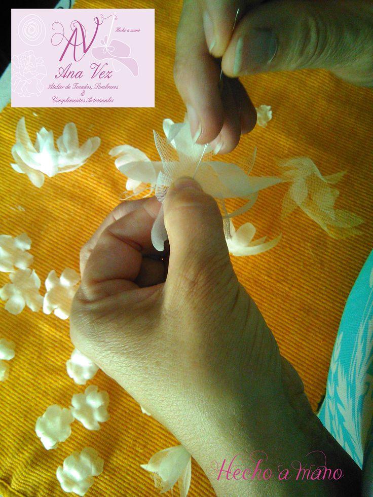 Ana Vez Atelier de Tocados, Sombreros & Complementos Artesanales. Flores artesanales para novias, madrinas, comunión y arras.
