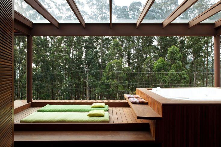 Piscina e integração com a natureza são destaques em casa revestida por madeira - Casa e Decoração - UOL Mulher
