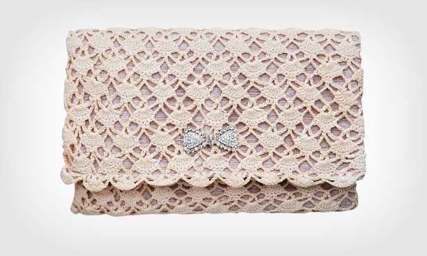 M de Mulher: Veja como fazer uma carteira de crochê. A clutch em crochê mescla o chique e o artesanal. Confeccionada com um forro de estofamento, ela ganha revestimento manual com crochê de linha fina. O acessório, de estilo retrô, deixa o visual romântico para casamentos diurnos.