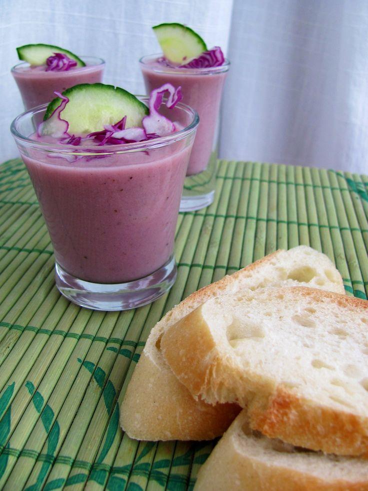 Velouté de chou rouge et pommes Cette soupe vaut la peine d'être cuisinée seulement pour voir les yeux de vos invités s'écartiller et votre table s'égayer. Bien sûr, c'est plein de bons légumes, de...