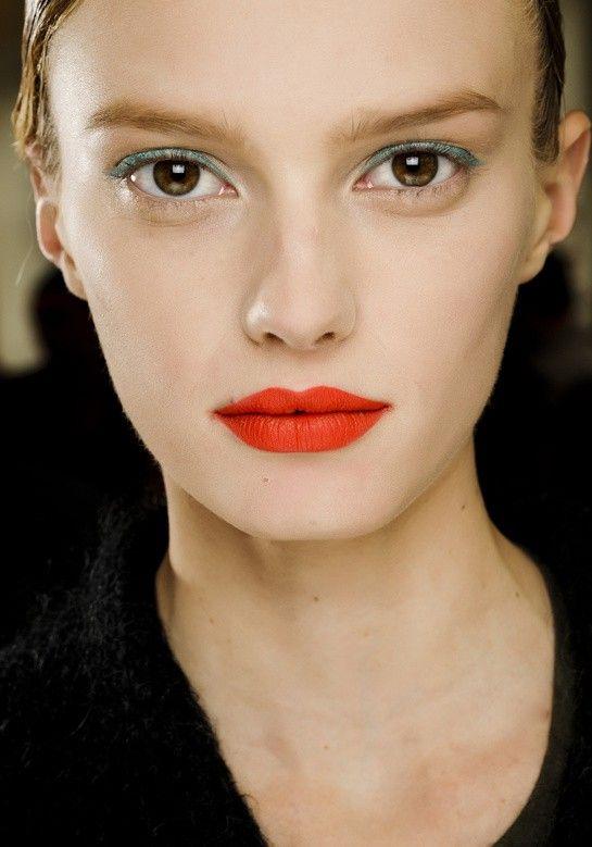 Очень интересный макияж требует идеальной кожи. Нравятся слегка небрежные брови, матовый яркий цвет губ, четкая линия, нетривиальный макияж глаз - выбор теней контрастного цвета, но отсутствие туши на ресницах. Макияж, безусловно, подходит для съемок, но мало подходит для повседневной жизни.