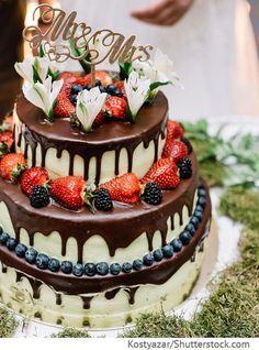 Hochzeitstorte 3 Etagen mit Beeren und Schokoguss