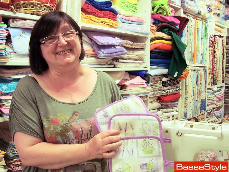 Eccola qui, Catia Cavana: ha cominciato a 22 anni, voleva imparare a cucire e confezionare vestiti da sola per sé e le sue figlie. Dalla passione, il lavoro, che continua nel negozio di Vecchi Merletti presso il centro commerciale Cavezzo 5.9.