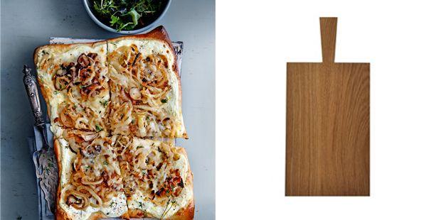 Genieten van de vernieuwde, creatieve bistrokeuken – de zogenaamde cuisine bistronomique – kan gewoon thuis. Serveer voor het ultieme bistro-gevoel deze tarte flambée op een mooie houten (snij)plank! tarte flambée hoofdgerecht | 4 personen 3 el olijfolie 600 g ui, in ringen 1 rol pizzadeeg (koelvers, pak 600 g) 125 g crème fraîche 125 g … (Lees verder…)