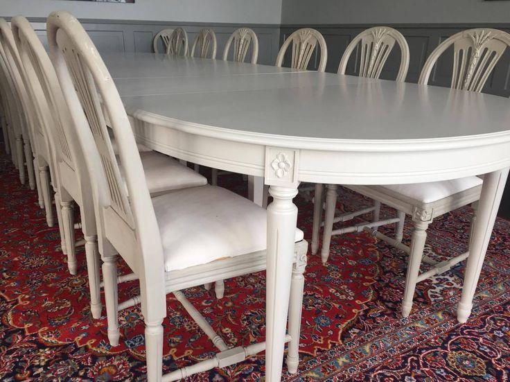 Vackert stort bord 22-24 personer med 6 ilägg. Gustavianskt ovalt bord med svarvade ben med blomma.