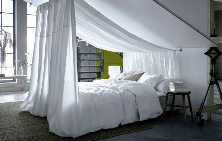plafond rampant chambre mezzanine sous pente lit baldaquin